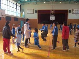 業間に体育館において縄跳びをしました。縦割り班です。写真は,入り口の一番手前で練習していた班です。\