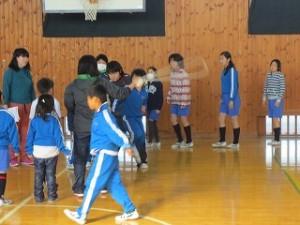 体育館の真ん中で練習をしている班です。\