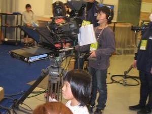 上の写真のスタッフから指令が出てカメラでニュースキャスターを映します。\\
