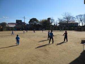 柔らかな日だまりで,ほとんどの子が校庭に出て昼休み時間を過ごしました。\