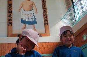 可愛い1年生と後ろのお相撲さん「北の湖」\