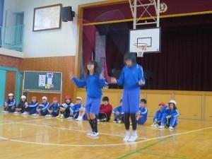 4・5・6年生が高度な技を低学年の子どもたちに披露しました。この二人の内側の手は相手の綱を持っていて同時に二重跳びを何回もしていました。低学年の子どもたちは歓声を上げていました。\