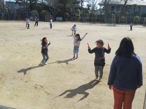 昨日の校内縄跳び大会で高学年の技術に感動した低学年の子達が短縄に挑戦していました。\