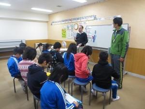 5年生が英語活動をしています。NLTの英語を聞いたり,会話したりできるのはつくづく素晴らしいと感じます。\