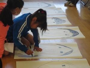 縦割りの3班に分かれて,6年生の似顔絵を描き始めました。\