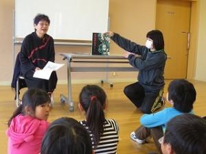 今年最後の物語は,齋藤隆介作、滝平二郎絵のモチモチの木です。古賀さんの素晴らしい朗読で子どもたちも教師達も物語の中に引き込まれていきました。素晴らしいお話です。\