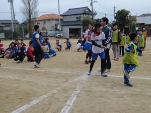 子どもたちは一生懸命走り,先生も興奮して応援しました。その結果,黄色ビブスチームが優勝しました。\