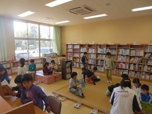学年懇談会の時子どもたちは,1年生~3年生まで図書室で読書や学習。4年生~6年生は体育館の片付けとドッチボールをしました。\