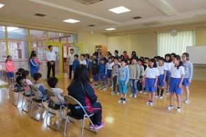 2~6年生が校歌を歌いました。この後1年生が拍手をしてくれました。上手に歌えました。\