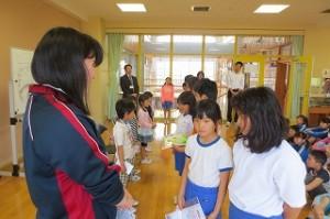 4・5年生がプレゼンとを渡している写真です。どの学年も工夫され,丁寧で楽しいプレゼントでした。\
