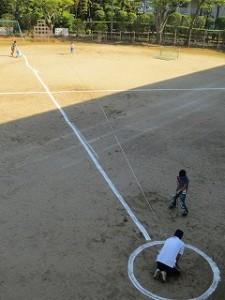 体育委員会です。体力テストの「ボールスロー」用のラインを引いています。\