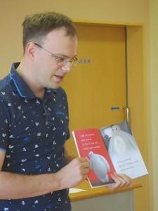 二冊目は,「ベイマックス」で登場人物を英語で紹介してくれました。子どもたちの大好きなアニメなので,目を輝かせて聞いていました。\