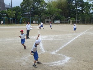 2年生がボールスローの距離を測っています。今投げている子はなかなかのフォームですね。\
