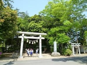 爪木地区の熊野神社にも行きました。今日は学校の北側を探検しました。後で,東側と南側の探検もします。\