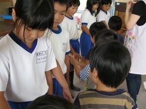保育園の子と握手をしました。「よろしくね」\