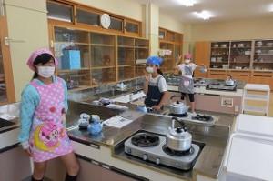 5年生が家庭科でお茶の入れ方を学びました。\