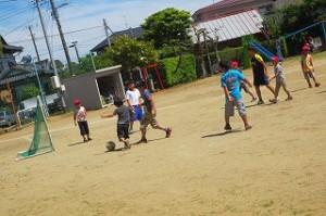 この子達は毎日サッカーをしているので,ドリブルやヘディングなど積極的で勇気あるプレーも見られるようになりました。\