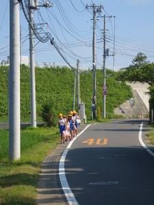爪木から登校してきた子どもたち,ちゃんと一列に並んでいます。\