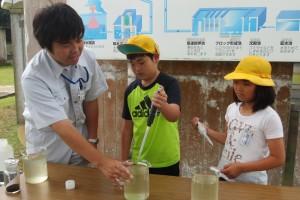 沈殿池で使う薬を北浦の水に混ぜる実験です。水の中のゴミが固まります。\