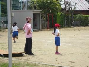業間運動遊びで,2年生の子とその担任の先生が同じ格好をしています。楽しい光景です。\
