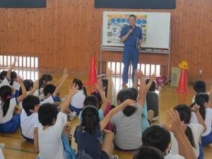 「イカのおすし」を教わっています。覚えている子もたくさんいました。鹿嶋警察署のお二人の方に児童も教師もたくさん教えて頂きました。ありがとうございました。\