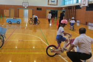 交通安全子ども自転車大会茨城県大会の安全走行コースを体育館に作りました。安全確認をしなければならない箇所ごとに警察署の方や交通安全母の会の方が立ち,丁寧に指導してくださいました。\