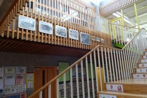 1909年~2008年までの校舎の写真を掲示しました。階段の踊り場からよく見えるようにしました。\
