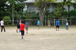 昨日宿泊学習から帰って来た⒍年生は,今日も元気にサッカーをしています。\
