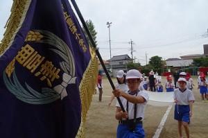 立派な校旗がタイミング良く翻りました。役割を担った子どもたちも誇らしげです。\
