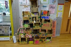 9月18日(金)豊津まちづくりセンターで行った「避難所生活体験訓練」で,1・2年生が作ったベビーソファーです。子どもたちはこれを持ち帰りました。ただの段ボール箱だったものが,自分の手で役立つ物に変身したことによって愛着が生まれたのだと思います。このことは,子どもの成長に深く関係している根本的なものだと思います。\
