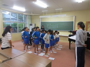 1・2・4・5年生が音楽室で美しい歌声を響かせていました。\