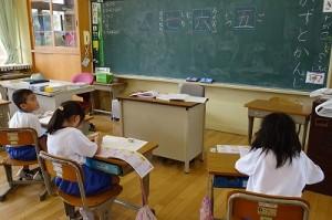 3校時,1年生は漢字の学習をしていました。\