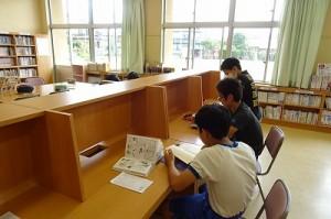 ⒍年生が図書室で学習していました。\