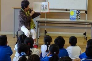 読んでいただいた本は,「ぽんぽん山の月」「だってだってのおばあさん」です。子どもたちは,集中してお話を聞いていました。\\