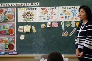 1年生が3校時,井坂先生の食育の指導を受けました。栄養を三つに仲間分けしたり,食事のマナーを教わったりしました。\
