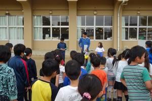児童朝会で体育委員会がTバッティングの遊び方を紹介しました。この後,実際に全員が打ちました。\