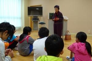 今日は,4~6年生が古賀さんに読み聞かせをしていただきました。\