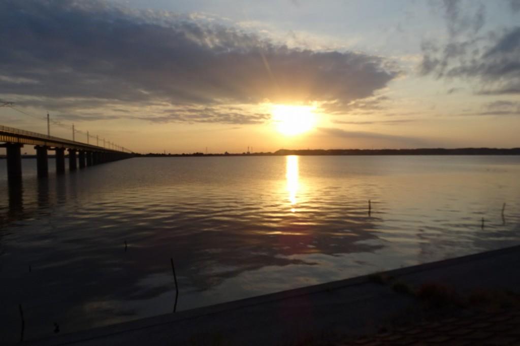 学校に帰る時の夕日です。とてもきれいで感動しました。\\