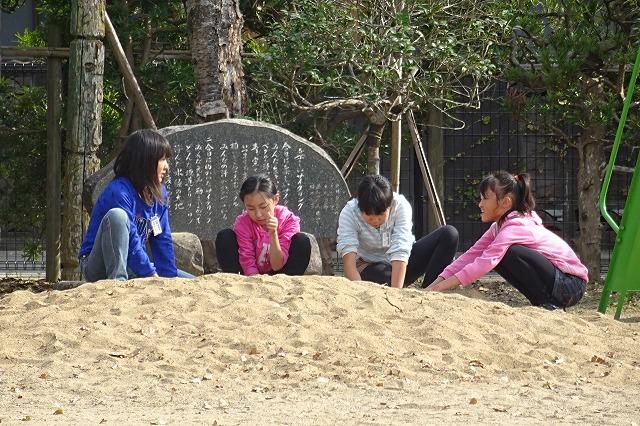 ⒍年生女子が砂遊びをしています。ひなたぼっこしているのかもしれません。\\