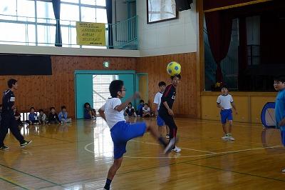 4~6年生 対 石井監督+男子教員のサッカー対決です。\\