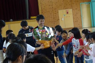 花道を石井監督さんと山町さんが握手をしながら帰って行きます。もう,とっても仲良しです。\