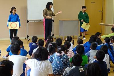 児童朝会で図書委員会が〇×クイズをしました。\\