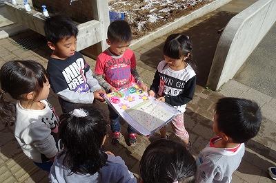 カンガルーキッズの子たちが手作りのカレンダーをくれました。可愛くて1年生はとても喜びました。\