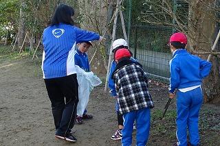 先生と4人の1年生,仲良く落ち葉を拾います。\\\