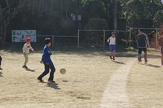 暖かな日だまりで,気持ちよくブンデスリーグのようなサッカーをしてました。2年生から6年生まで楽しく遊んでいます。\\