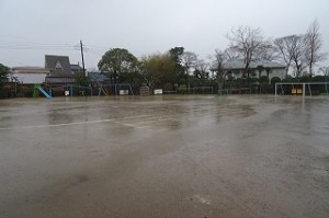 校庭も広い面積に水が溜まっています。\