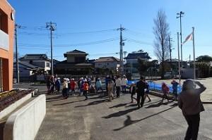 地震時の避難訓練です。避難場所に集合しています。\