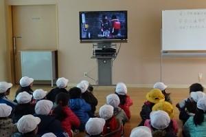 ランチルームに戻り,登下校中の避難の仕方をビデオで学習しました。\