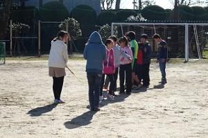 6年生は「みんなでジャンプ」 担任の先生は出張です。\