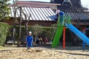 砂場と滑り台にいる子どもたち